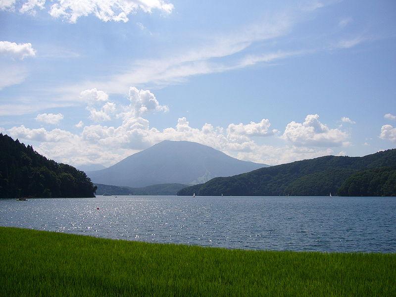 野尻湖(後方は黒姫山)