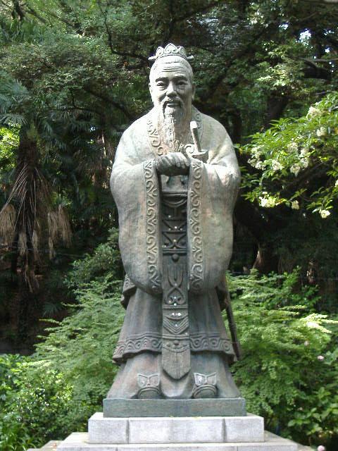 湯島聖堂にある孔子像